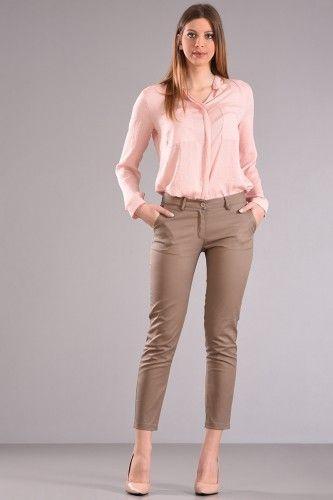Παντελόνι chinos μέχρι τον αστράγαλο με φιλέτο τσέπη στο πίσω μέρος σε πούρο χρώμα από βαμβακερό ύφασμα με ελαστικότητα. 41,90€    Μεγέθη : Small / Medium  Χρώμα : Πούρο  Σύνθεση : 97%COT 3%EL