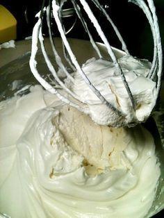 Marshmallow para Nhá Benta: 1 e 1/3 de xícara (chá) de açúcar 1/4 de xícara (chá) de água 3 claras de ovos grandes 1/4 de colher (chá) de cremor tártaro 1 colher (chá) de extrato de baunilha 1/2 colher (chá) de extrato de amêndoas