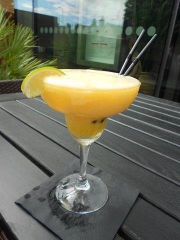 Mango Margarita Cocktail Een feestelijke zomerse cocktail.