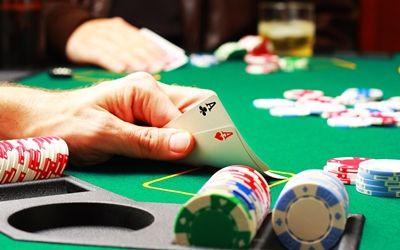 Der Pokerboom hat sich im Verlauf der vergangenen Jahre enorm entwickelt. Viele Menschen haben bereits einmal in ihrem Leben Poker gespielt, ob im traditionellen Casino, im Online Casino oder im engeren Freundeskreis.