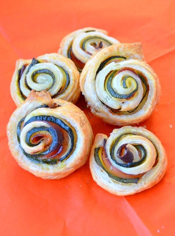 Girelle di pasta sfoglia con zucchine e speck, ricetta veloce |