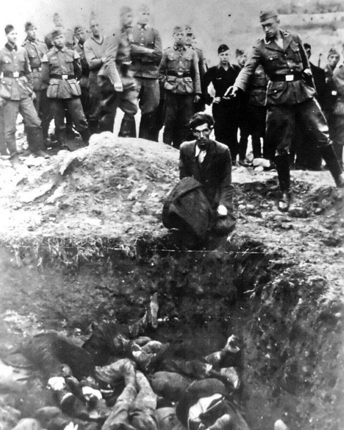 """Shoah par balle. Photo extraite du journal d'un soldat allemand intitulé """"Le dernier Juif de Vinnitsa"""" montrant un juif à genoux attendant d'être exécuté et jeté dans la fosse commune. Clic 2X pour voir d'autres images."""
