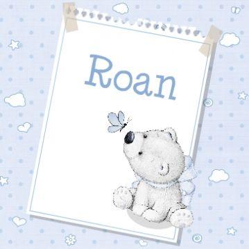 Geboortekaartje met in potlood getekend beertje met grote blauwe strik op een velletje papier met een zacht blauwe achtergrond gevuld met sterren, wolken, bloemen en hartjes.