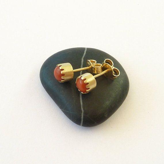 Rote Koralle Ohrringe. Ohrringe Gold Post. Gold Ohrstecker.  Dies sind die klassischen einfache rote Koralle Ohrringe. Die 18K Gelbgold passt wunderbar tiefroten Farbe der Korallen. Die Koralle ist natürlich und heutzutage selten.  Große Bereicherung für jeden Schmuck-Kollektion.  Metall: 18K solid gold  Steine: Echte natürliche rote Korallen-Cabochons: 3 mm  Größe: 5 mm  Gewicht: 1,2 Gramm ein Ohrring  Weitere Ohrringe finden hier: https://www.etsy.com/shop/RuthaJewelry?...