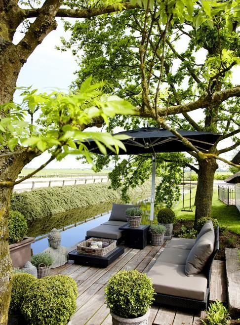Een tuin maakt een huis echt helemaal af. Hier is wel een heel bijzonder hoekje gecreëerd. Mooi als je eigen huis als vakantie aanvoelen.