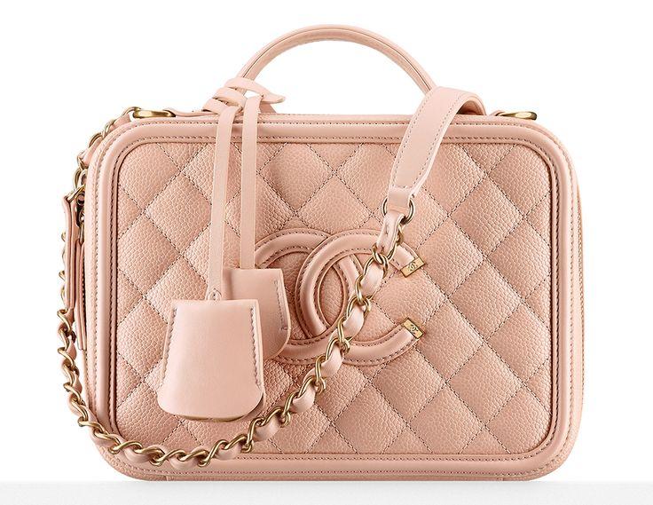 Preparem o coração, pois é hora de pirar nas novas bolsas da Chanel – coleção Primavera 2016, que acaba de chegar às lojas da marca. Ter uma Chanel é o sonho de 9 entre 10 fashionistas, e com essa coleção, meus amores, vocês nem vão precisar dormir: vão sonhar acordadas mesmo! haha As minhas preferidas …