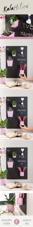 KALAMITICA IS...MOM RELAXING TIME Ecco un angolo di meritato relax per te mamma. Il kit da regalare alla mamma si compone di una lavagna 56x38 cm color antracite, due piramidi (dim. 6 cm e 9 cm), due cilindri (diam. 6 cm e 10 cm) color rosa ed un appendino cuore bianco. Per saperne di più: kalamitica.com