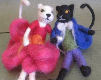 Elegante und hübsch Nadel Gefilzte Katze Paar. Weiße Katze Mädchen, schwarze Katze junge.  Mädchen trägt ein lila Rock und hellen grünen Hemd. Junge hat eine elegante blaue Smoking mit gelben Fliege. Wenn Sie verschiedene Kleid Farben haben möchten, Bitte Convo mich ich wäre glücklich, andere Kombinationen machen.  Ihre Körper haben Draht im Inneren, sie können gestellt werden wie gewünscht.  Sie können als Dekoration oder als Spielzeug Puppen (3 +) verwendet werden  Bitte erlauben Sie eine…