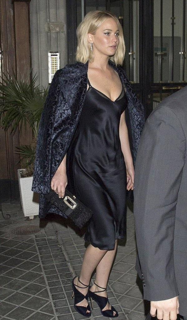 Jennifer Lawrence wearing Roger Vivier Pilgrim Small Feather & Bead Embellished Clutch, Casadei Evening Sandals and Nili Lotan Silk Cami Dress #rogerviviersandals #rogervivierclutch