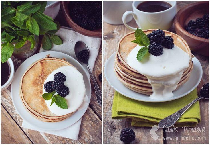 Breakfast with blackberry pancakes. Блинчики с ежевикой и взбитыми сливками, домашний завтрак. Фото еды, фотосъемка блюд, продуктов. Предмет...