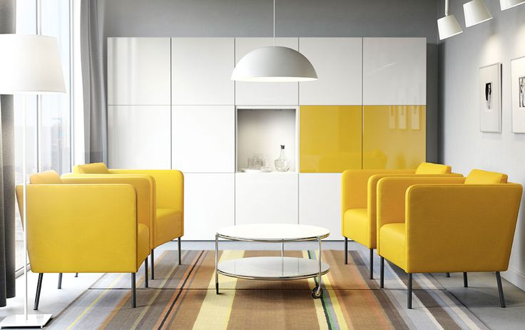 Uma sala de conferências moderna, com poltronas amarelas, uma mesa de centro redonda em branco e arrumação em branco com algumas portas em amarelo