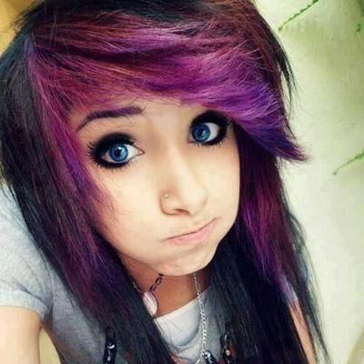 czarne włosy z różowymi końcówkami