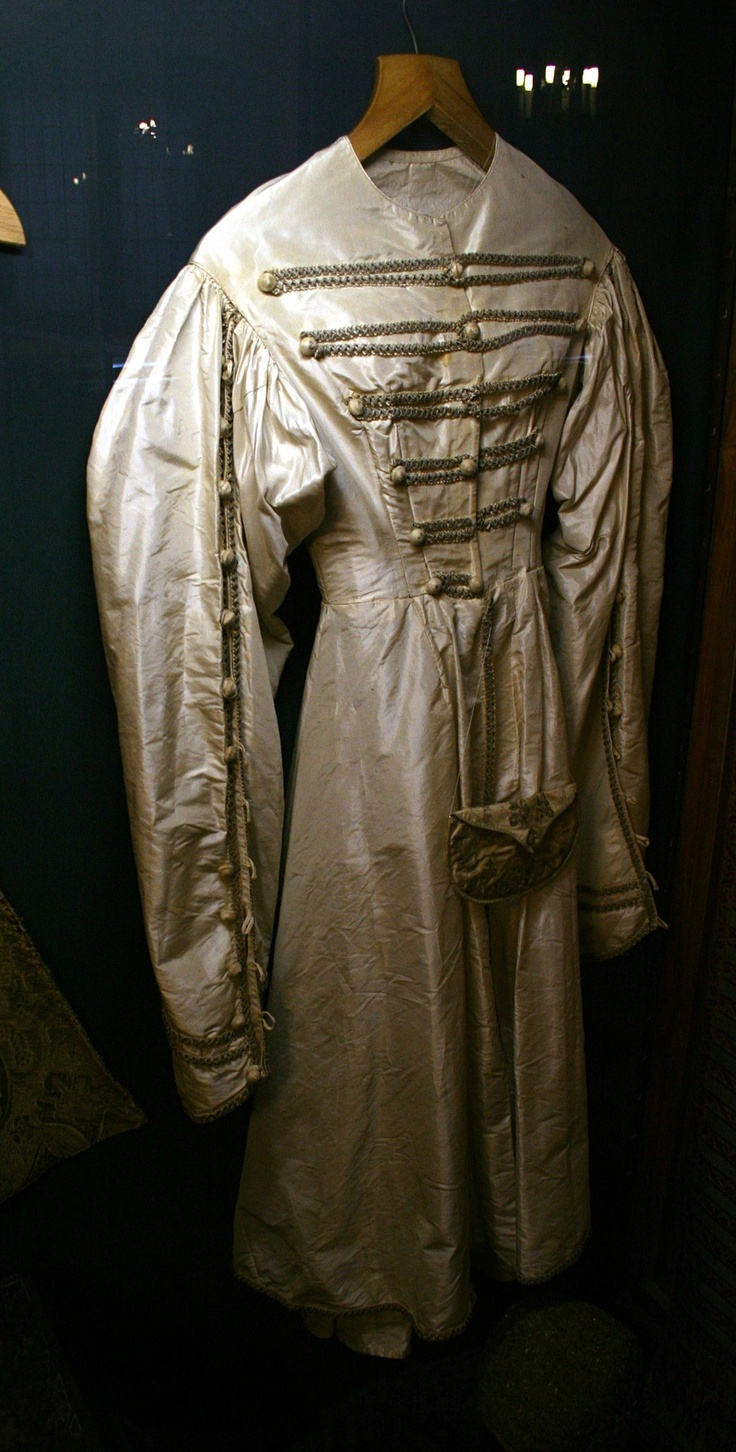 The female version of kontusz. 18th century, Sandomierz, Poland.    Female kontusz (or kontusik) was firstly long, but throughout the 18th century it became shorter. It often had a fur lining to keep its owner warm during winter days. Note the buttons on the sleeves, which enabled rolling them in order to display the inner layers of the outfit. A typical accessory was a hat decorated with feathers.