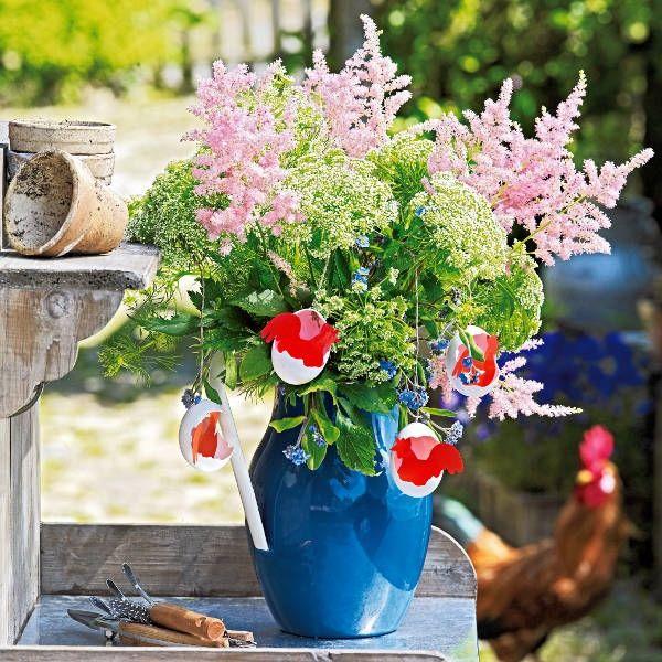 Garten zu Ostern dekorieren-blaue Bodenvase Eierschalen