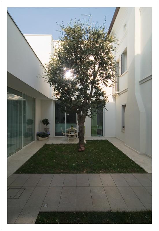 Grandi vetrate #scorrevoli con #profili minimali, un modo ideale per inquadrare il paesaggio. -  Very wide #sliding glass patio doors with #slender profiles and frames. - www.aldenasite.com