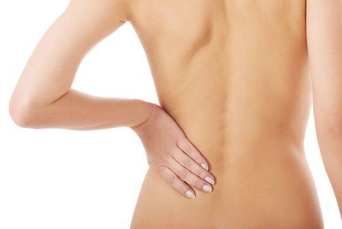 Боль в нижней части спины появляется из-за определенного состояния поясничных позвонков и тканевых структур, расположенных вокруг них (мышцы, связки, нервы, а также межпозвоночные диски). Боль в пояснице еще называют люмбаго, этот термин в медицине как раз используется для описания такого состояния. Оно, к слову, может продлиться от нескольких дней до нескольких недель.