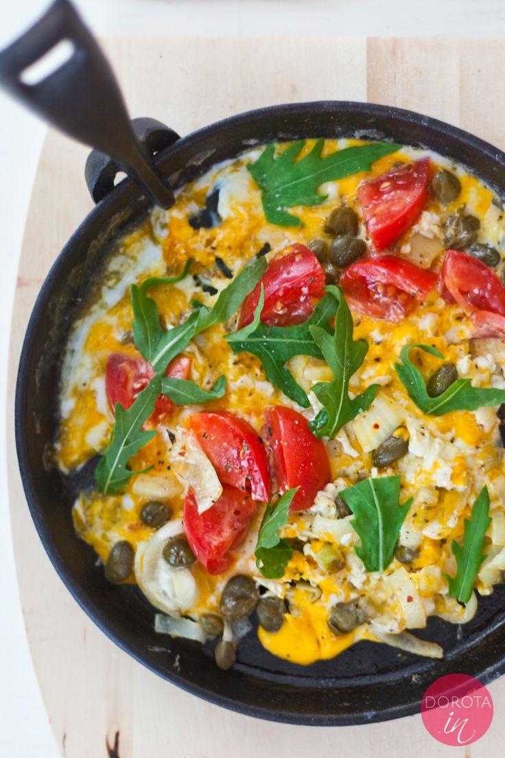 Pyszna i kolorowa jajecznica z pomidorami, kaparami i/lub oliwkami oraz rukolą, którą Mariusz po raz pierwszy jadł w Maroku jako omlet po berberyjsku.  http://DOROTA.iN/jajecznica-z-pomidorami/  #food #kuchnia #przepis #sniadanie #jajecznica