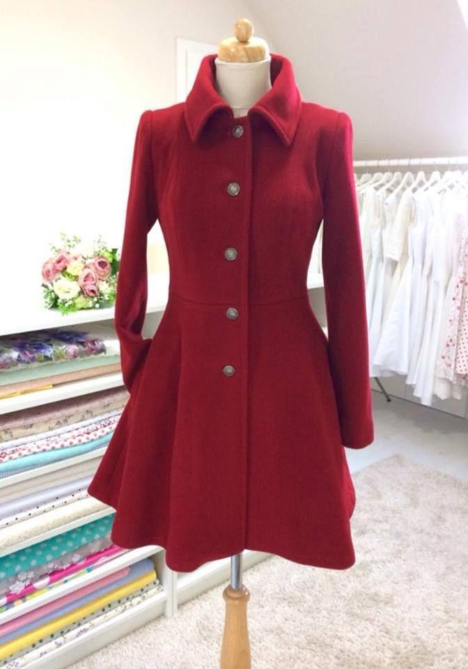 Vlněný kabát s kašmírem áčkového střihu elegantní vlněný kabát s podílem  kašmíru barva vínová střih podtrhující postavu vypasovaný v … 584a0524a4