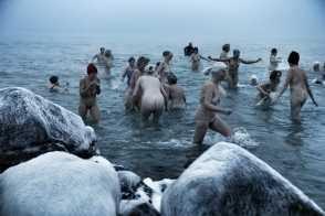 Iskold nøgen-dukkert i Skagen (billedet er fra Ekstrabladet.dk - der står desværre ingen fotograf på, som kan krediteres)