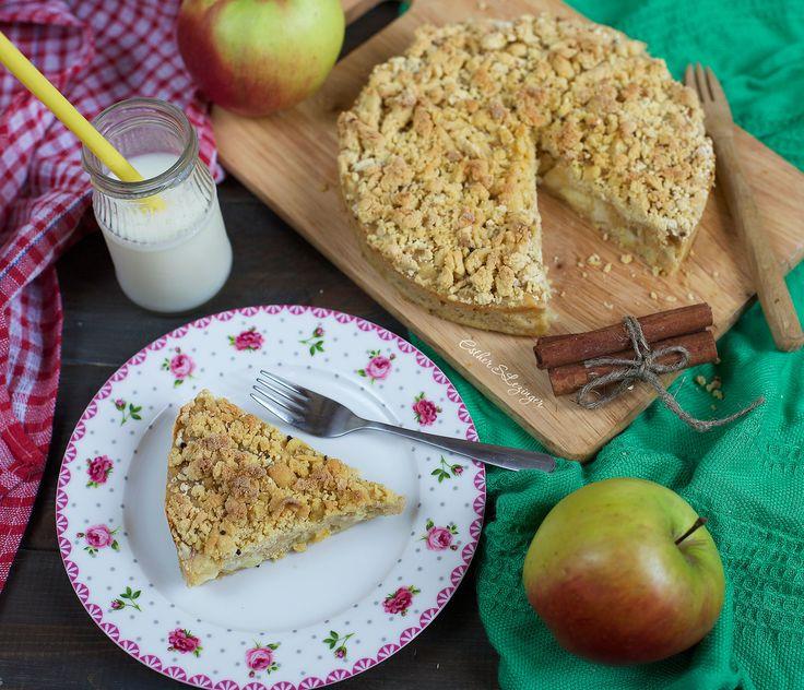 Очень вкусный, сладкий, ароматный диетический яблочный пирог со штрейзелем.  Калорийность диетического яблочного пирога со штрейзелем на 100 гр. составляет: 155 ккал. Пищевая ценность на 100 г