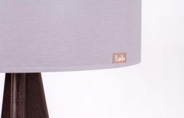 Lusito Di'sign Stojací lampa Lusito Tripod Elegantní stojací lampa trojnožka je krásný doplněk do interiéru. K dokonalosti přispívají decentně laděné detaily jako leštěná kovová objímka, luxusní provedení loga na stínidle, skrytý kabel s nášlapným vypínačem. Lampa má pevnou stabilní základnu. Dubový podstavec lampy může mít různou povrchovou úpravu, podstavec v masívním ořechu je v přírodním provedení s matným lakem
