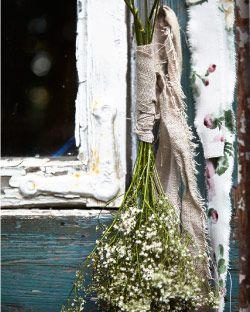 Flores acabadas de colher enroladas em tecido a metro