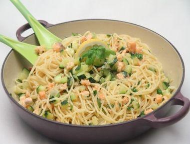 Für Lachs gegart unter einem Spaghetti-Berg Spaghetti in reichlich Salzwasser bissfest kochen.4 Minuten bevor die Nudeln fertig sind, die Butter in