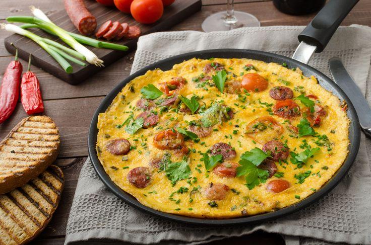 Préparation : 1. Coupez le chorizo en rondelles. Lavez les tomates cerises et coupez-les en deux. Battez les œufs avec du sel, du poivre et de la ciboulette hachée. 2. Faites chauffer 1 cuillère à …