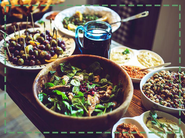 Urządzasz domówkę, ale chcesz wytrwać na diecie? Warzywne przekąski z hummusa są zdrowe, smaczne i  proste w przygotowaniu! Sprawdź, ile jest z nim pomysłów na imprezę!