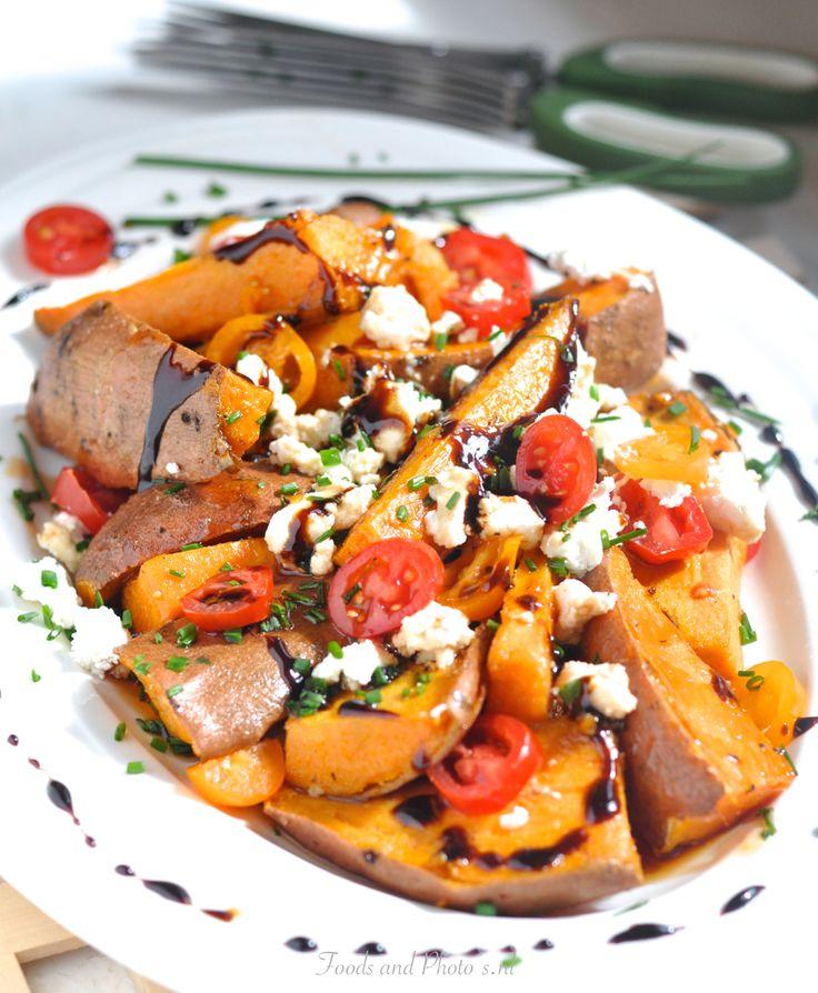 Zoete aardappelsalade met tomaatjes, fetakaas en balsamicoazijn