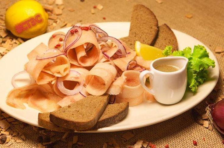 Популярное блюдо в Якутии   Рецепт строганины из рыбы Чтобы приготовить строганину, понадобятся такие ингредиенты: 1 судак либо сазан – 1,5 килограмма, 100 грамм репчатого лука, лавровый лист, 2 головки чеснока, полстакана 6% яблочного уксуса, молотый красный перец, соль. Как приготовить строганину из рыбы? Для строганины нужно взять свежую рыбу, почистить ее, выпотрошить, вынуть кости, оставив только филе. Теперь нужно взять глубокое блюдо, налить в него половину стакана яблочного уксуса…