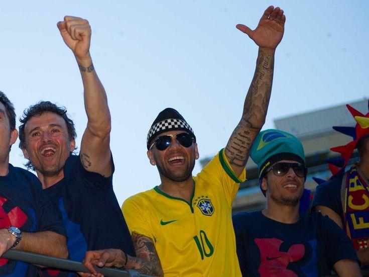 Dani Alves sigue su tradicional puesta en la rúa de la celebración de la consecución del triplete 2014-2015 (Copa del Rey, Liga y Champions League) .