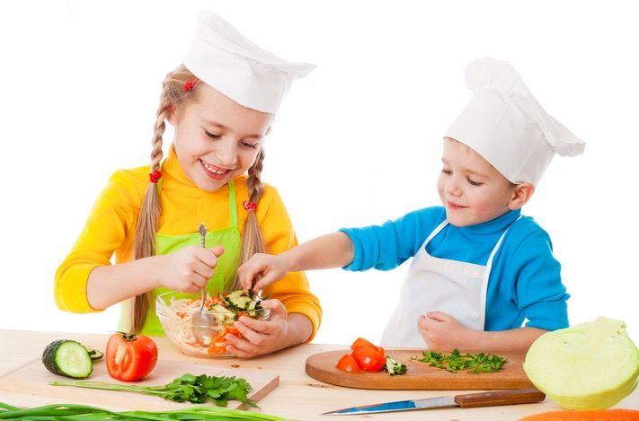 Una vez más, tratamos el importantísimo tema de la alimentación en la infancia. Hoy, de la mano de Laura, creadora de Healthy Veggie Kids descubrimos los 10 secretos de la alimentación familiar saludable. Además, nos mostrará 15 deliciosas recetas que podemos realizar con la ayuda de nuestros peques: sanas, deliciosas y muy nutritivas. ¡Que las disfrutéis!