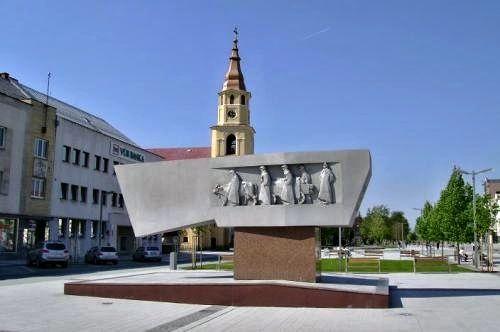 """Valaška je symbol odboja, Jánošík i Zvolenčania ju majú vždy po ruke. Jánošíkova bola zázračná, bojoval s ňou proti vrchnosti, zvolenská slúži na stretávanie. """"Stretneme sa pri valaške"""" je zabehnutá fráza Zvolenčanov. Valaška je miestom, ktoré všetci poznajú, leží na strategickom mieste v centre mesta, v južnej časti námestia SNP. Pamätník SNP """"Valašku"""" odhalli k 30. výročiu SNP r. I974. Na mramorovej doske sa nachádza kovová zväčšenina valašky s figurálnou výzdobou."""