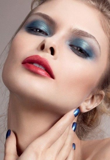 Ombretto azzurro metallizzatoUn ombretto azzurro metal sfumato con l'argento per un make up occhi perfetto per Caopodanno 2014.