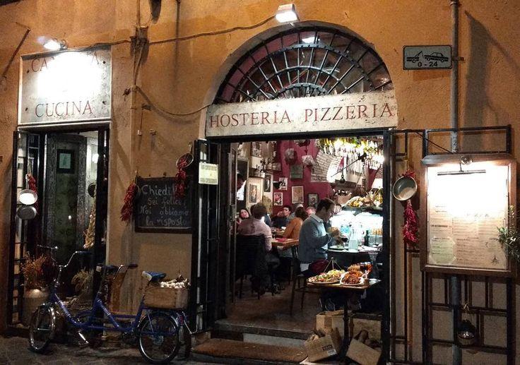 Não são somente os monumentos que ficam bonitos de noite!  Passear pelas ruelas procurando um bom restaurante para o jantar também é encantador! Além do mais escolhendo bem irá se deliciar com a comida italiana!!! Hummm  .  Veja mais no Snapchat Em_Roma  #Roma #europe #travel #travelgram #instatravel #eurotrip #italia #italy #rome #travelling  #goodvibe #amazing #travellingaroundtheworld #snapchat #emroma#viagem #viajar #turismo #dicas #ferias #dicasdeviagem #brasileirospelomundo…