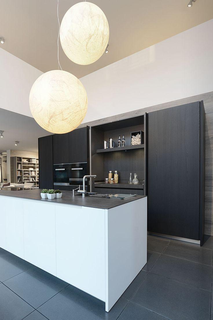Nogmaals: afsluitbare kastenwand | moderne keuken | keukeneiland | zwart wit contrast...