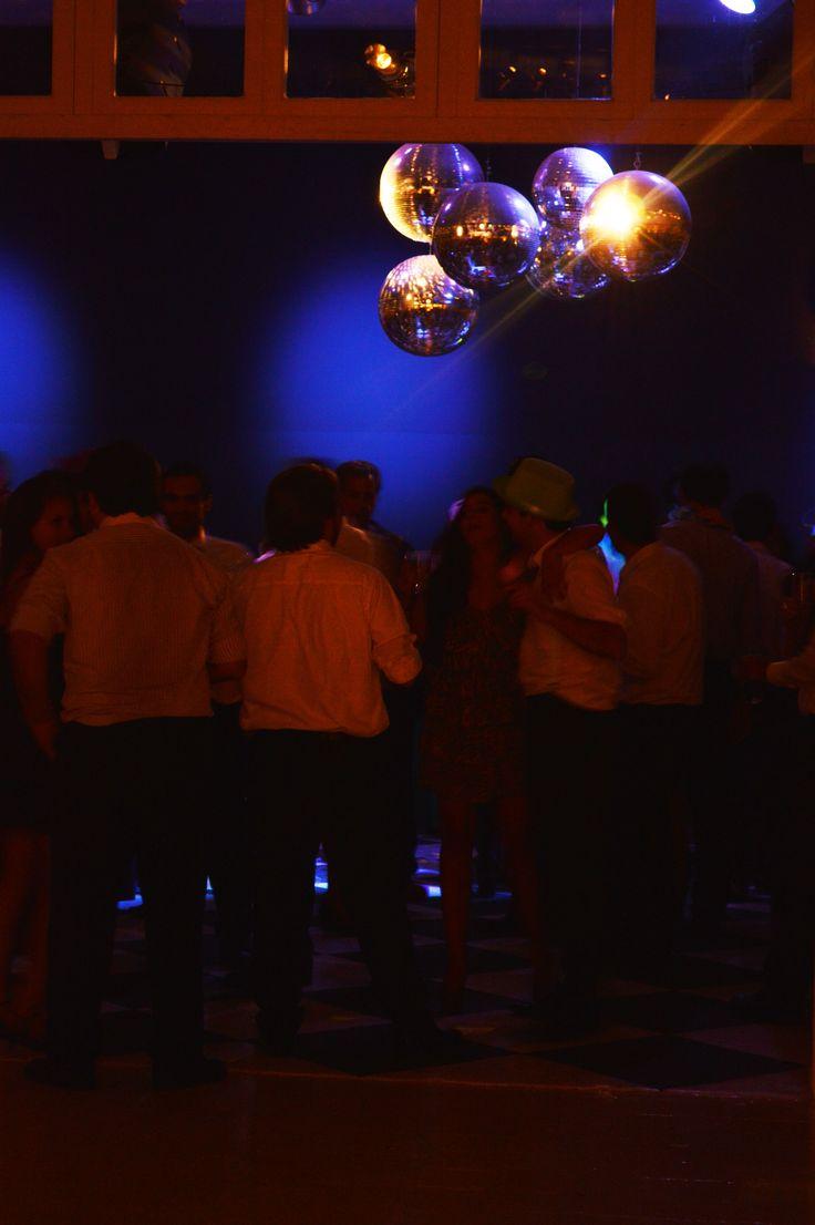 """Iluminación Pista de Baile.  Además de focos robotizados con dibujos y colores, puedes agregar un """"Centro de Pista"""". Un móvil de bolas de espejo de distintos tamaños, entrega amplitud a la pista de baile.  #Matrimonio #Wedding #Novios #Novia www.mievento.cl :: contacto@mievento.cl"""