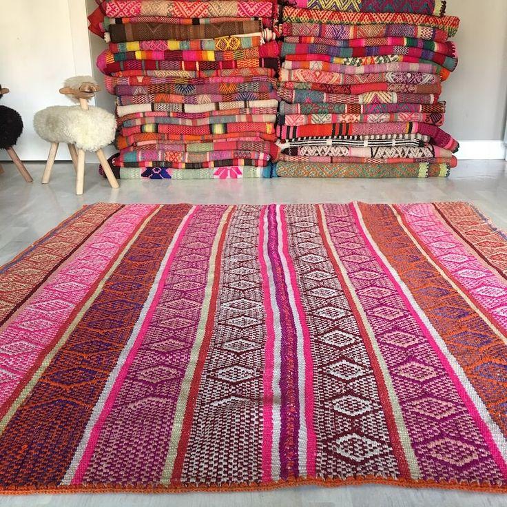 Alfombra étnica andina o frazada que combina rayas lisas y jaspeadas en un alegre rosa. Las alfombras étnicas están tejidas en Perú, Bolivia y Chile.