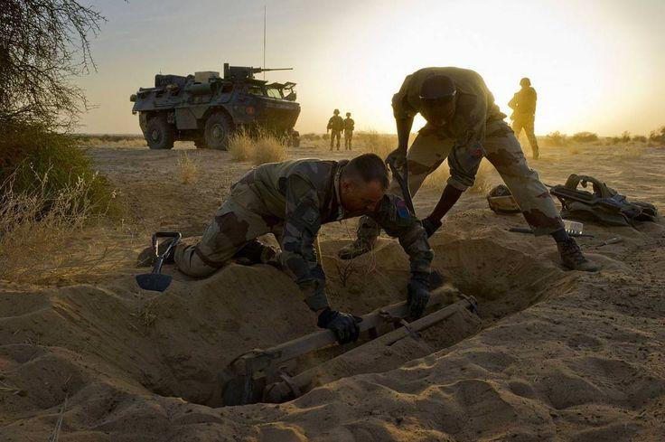 Découverte d'une bombe au Mali  La section de fouille opérationnelle spécialisée (#FOS) du 31 régiment du génie #31RG était en mission de reconnaissance. Grace à leur détecteur magnétique ils ont entendu un écho indiquant la présence d'un objet suspect. Après avoir fouillé le sol ils ont découvert une bombe en position stockage (entourée d'une armature en bois et métal). Ainsi conditionnée la bombe ne devrait normalement pas exploser mais les #sapeurs se doivent d'être toujours très…