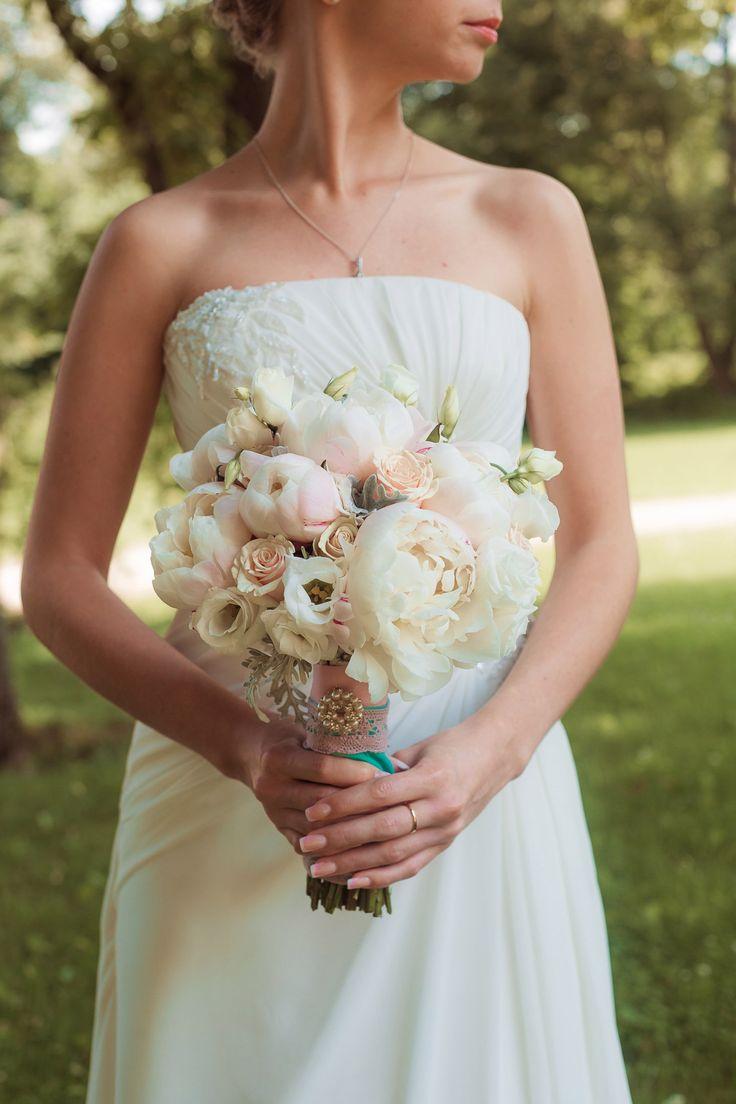 Букет невесты из нежных пионов