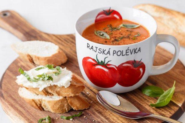 Polévka z pečených rajčat je přesně to správné prázdninové jídlo. Nepřipraví vás o moc času, je to skvělá lehká večeře a pokud máte vlastní úrodu rajčat, tak i levná. A díky hrnečku si ji přenesete kamkoliv.