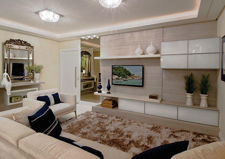 Um projeto de home theater com traços retos e escolha de cores neutras como os vidros brancos e tons de madeira claros permitiram uma sensação suave nesse ambiente.