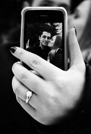 Brides: The Best Engagement Ring Selfie Pictures anillos de compromiso | alianzas de boda | anillos de compromiso baratos http://amzn.to/297uk4t