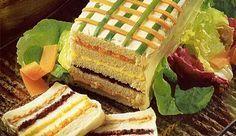 Existem várias maneiras de se rechear o bolo salgado. Nesta receita, serão utilizados cinco recheios: pasta de atum, patê de presunto, creme...