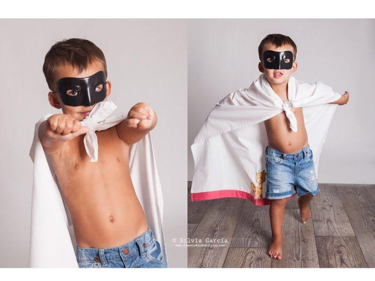 fotografia infantil, fotos de niños divertidas, niños naturales, fotos de familia divertidas, fotografia familiar, fotografo familiar, familias divertidas, fotografia natural, superheroe, niño disfrazado, disfraz