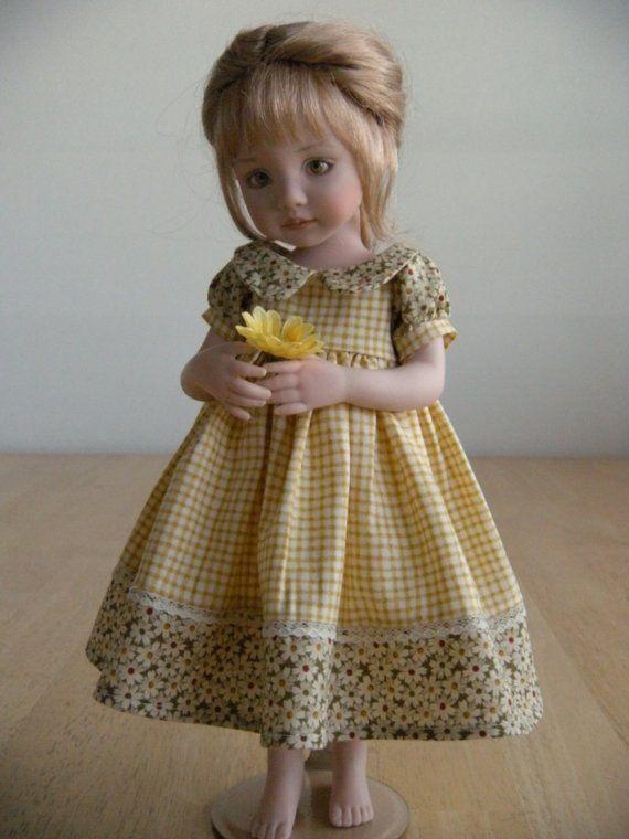 11-Zoll-All-Porzellan Puppe. Sie können nicht umhin, verliebt in Anna, mit ihrem süßen unschuldigen Ausdruck und große braune Augen. Sie hat goldene blondes Haar mit weiche Whispy ranken und einem französischen Zopf den Rücken hinunter. Ihr Kleid besteht aus geblümten Kattun und gelben Gingham. Sie hat eine gelbe Sonnenblume in ihre Hände zu ihrem Kleid passen.