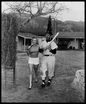 """10 Mars 1951 / Pour des clichés publicitaires, Marilyn pose en compagnie de joueurs de baseball de l'équipe des """"Chicago white sox"""", notamment avec Joe DOBSON, Edward ERAUTT, Gus ZERNIAL ou encore Hank MAJESKIE. Par ailleurs, la petite histoire raconte, que c'est en voyant ces photos, que Joe DiMAGGIO voulut rencontrer la jeune Marilyn ; on connaît la suite de l'histoire..."""