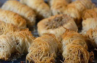 La cocina de Armenia se define como armenia típica, donde la comida no es picante y no tiene mucho ajo, a diferencia de la comida árabe. La carta cuenta con una variedad de 20 platos de entrada, como puré de garbanzo, berenjenas y morrón, hojas de parra fina con arroz, cebolla y pasas de uva y ensalada tabulé. En cuanto a los platos principales, se recomienda brochette de cordero con arroz a la persa, keepe hervido (michugov) y empanadas hojaldradas de masa fila con tres variedades de queso.