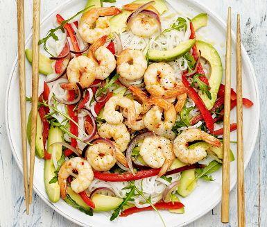 Bjud på en fräsch nudelsallad med thailändsk touch. Här möts heta och syrliga smaker i fantastisk kombination. Räkor fräses med chili och får sällskap av pressad vitlök och riven ingefära. Servera dessa läckra chiliräkor med nudlar, paprika och avokado med en skvätt lime för att förhöja smakerna.